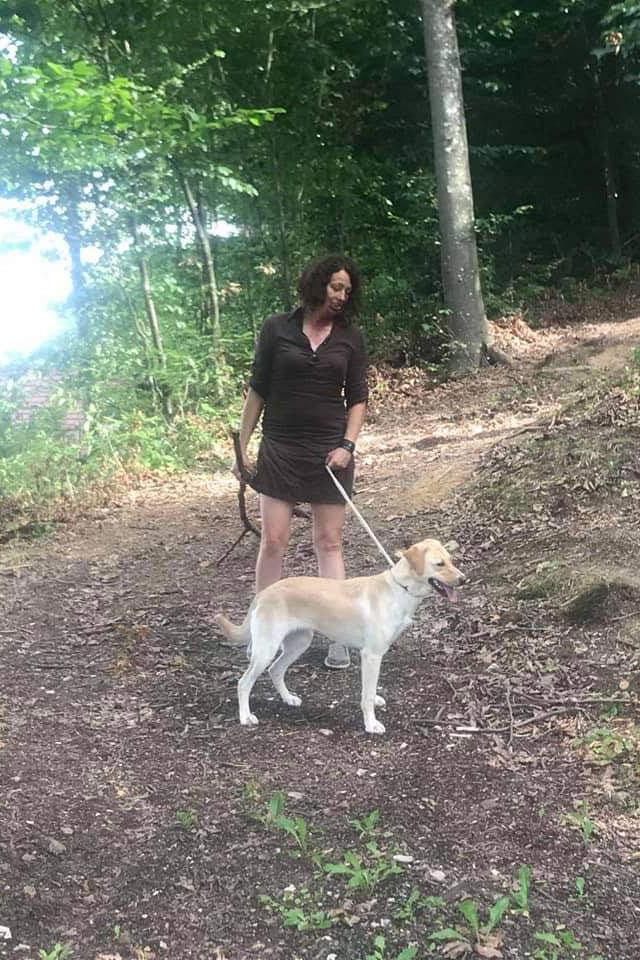 Aleksandra Mušić i bijeli pas u šumi