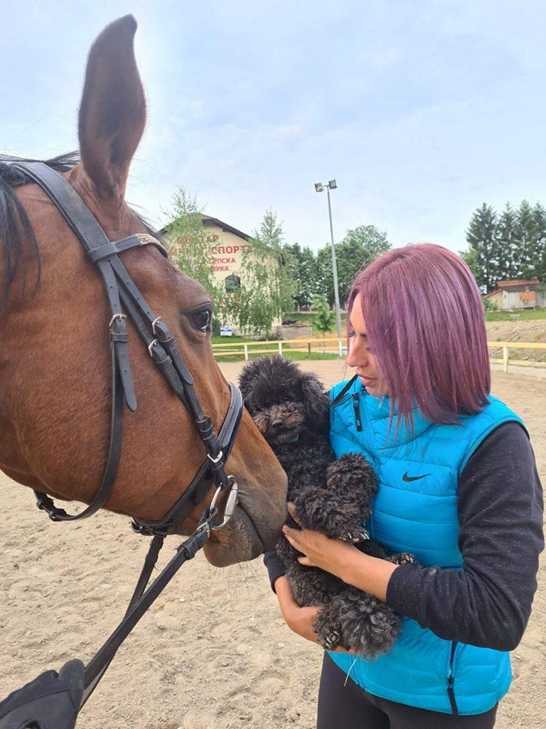 Tamara Ćosić sa psom i konjem